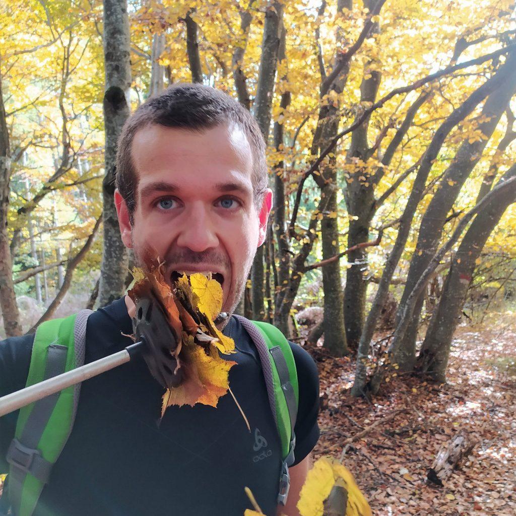Thomas Bellante che finge di mangiare foglie