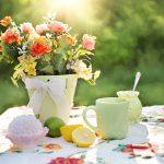 Tavolo con un vaso di fiori e del limone