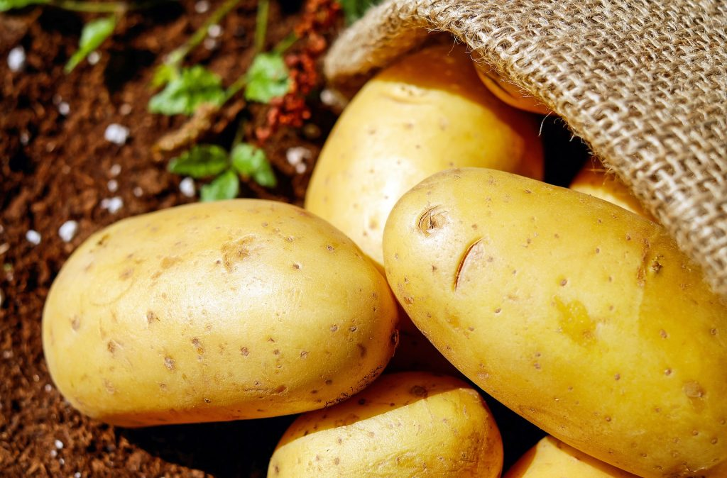 Lista per mese di frutta e verdura di stagione - Patate nel sacco di juta